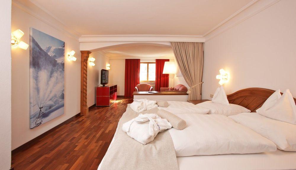 Südseitiges Doppelzimmer deluxe mit Schlaf- und Wohnteil, Schlafsofa, Bad und WC getrennt, ca. 43qm - Hotel Hinterwies Lech am Arlberg