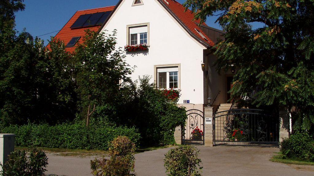 Haus von der Gassenseite mit Eingangstor - Ferienwohnung Kaintz Podersdorf am See