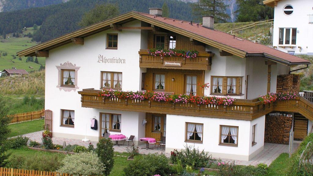 """Unser Haus """"Alpenfrieden"""" liegt am südlichen Ortsrand von Nauders"""