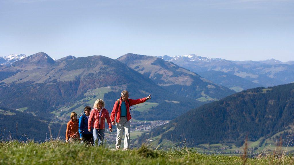 Vier Wanderer auf herbstlicher Almwiese - © by Martin Lugger