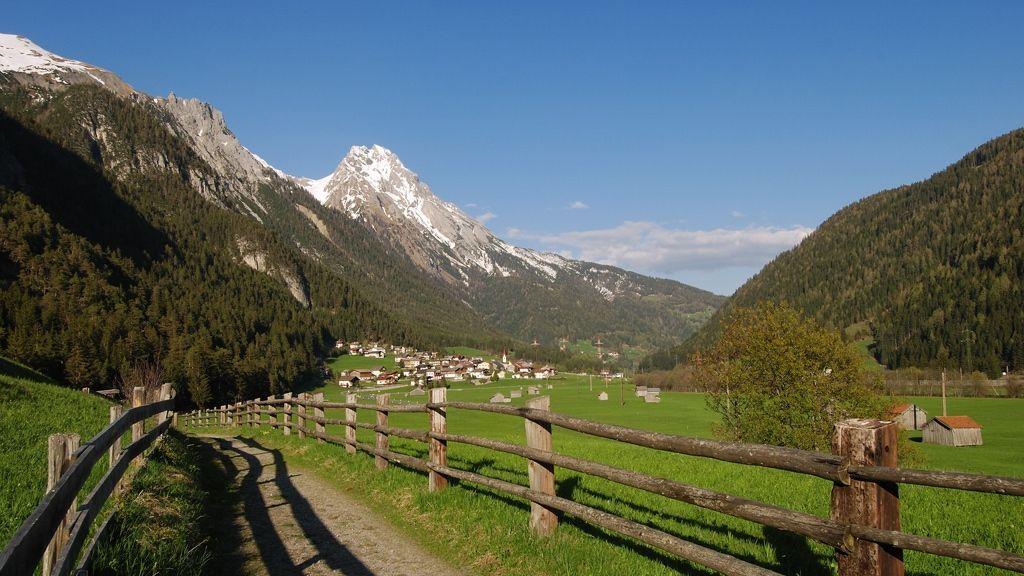 Vadiesenweg mit Blick auf Pettneu – im Hintergrund die Eisenspitze - Bildnachweis: TVB St. Anton am Arlberg / Wolfgang Burger