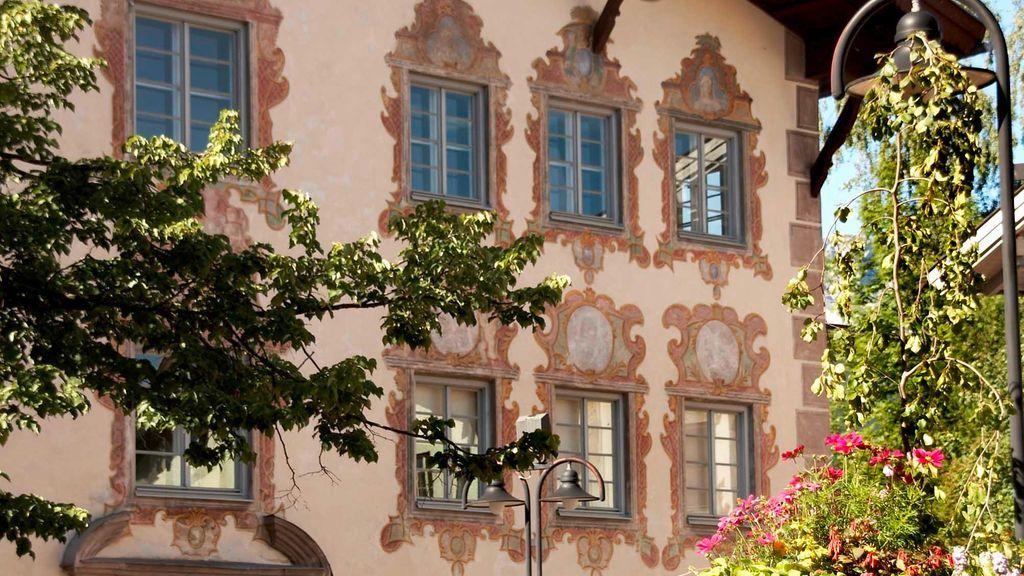 Die historischen Fassaden der Bürgerhäuser sind wahre Schätze der Geschichte. - Reutte Tirol