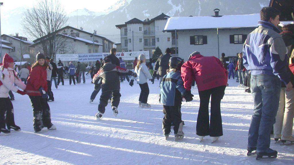 Der Eistraum im Zentrum von Reutte bietet pures Eislaufvergnügen! - Reutte Tirol