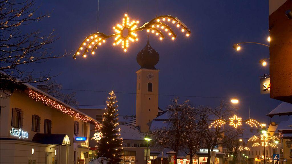 Die romantische abendliche Stimmung lädt zum bummeln in dem winterlichen Reutte. - Reutte Tirol