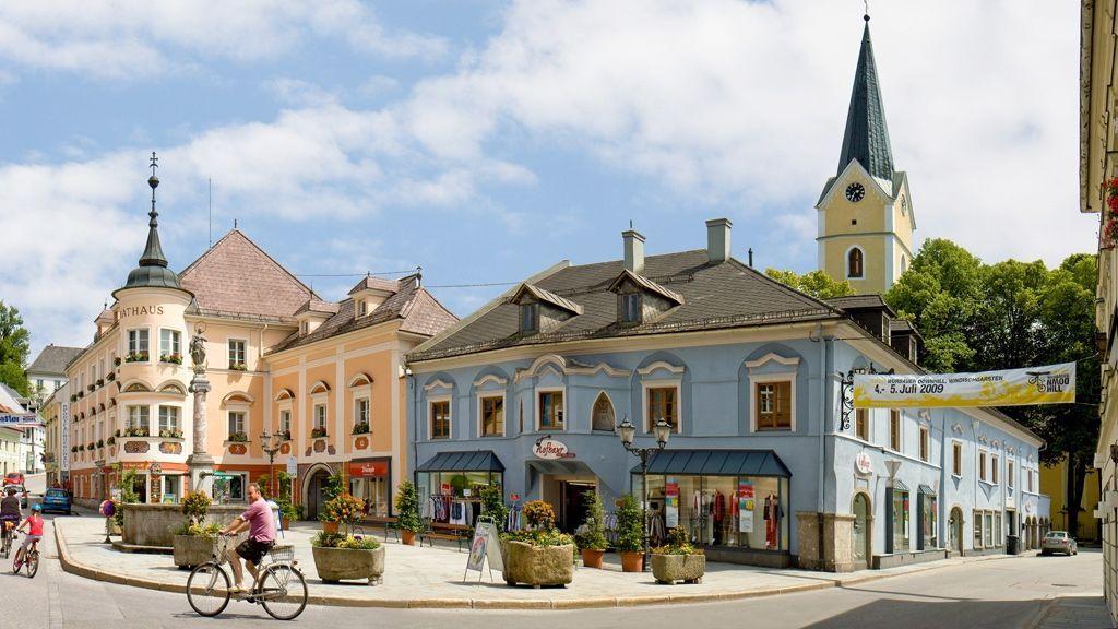 Marktplatz Windischgarsten mit dem Rathaus und der Pfarrkirche Windischgarsten - Foto: TVB Pyhrn-Priel