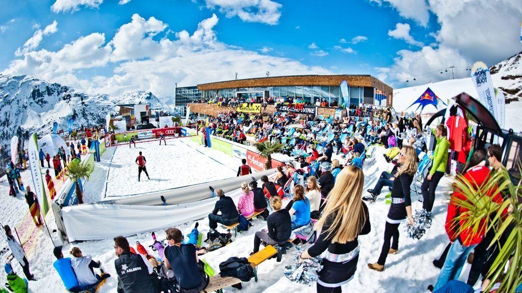 Für Athleten wie Zuschauer ein besonderes Erlebnis: die Turniere der Snow Volleyball Tour auf 2.030 Metern am Rendl in St. Anton am Arlberg - Bildnachweis: TVB St. Anton am Arlberg / Chaka2 GmbH