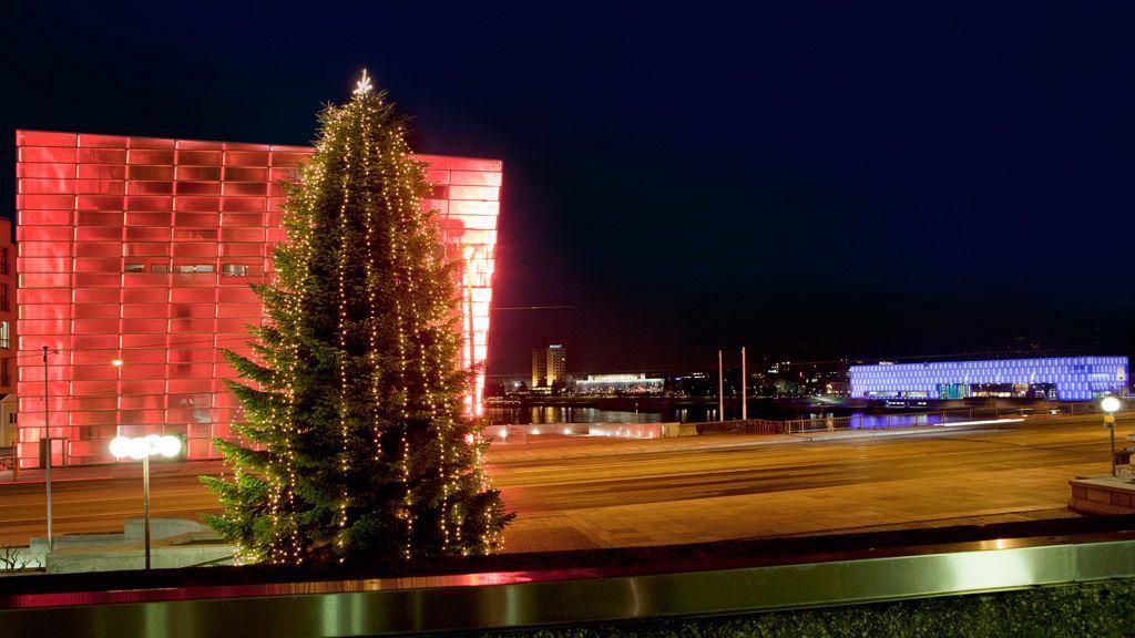 Blick auf das Donauufer mit beleuchtetem Ars Electronica Center und dem Lentos Kunstmuseum Linz - © Tourismusverband Linz - E.Goldmann