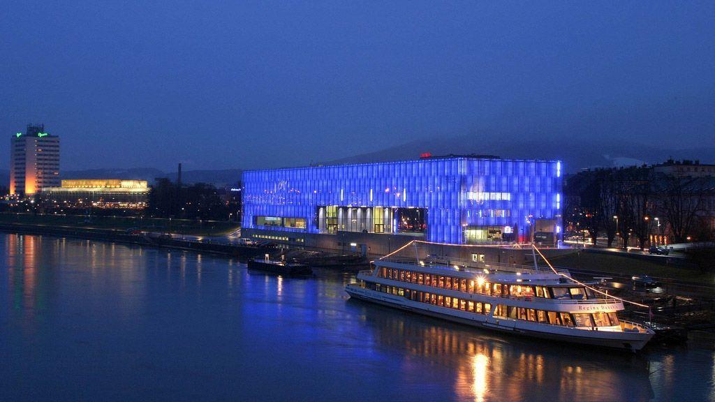 Lentos mit Schiff bei Nacht (c) TVL-Röbl