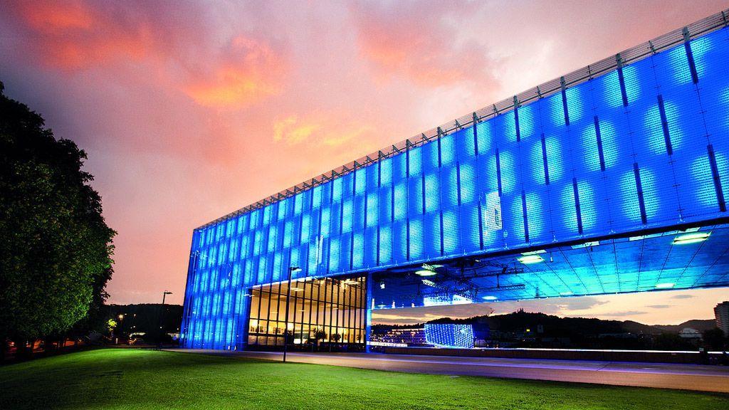 Das Lentos Kunstmuseum Linz bietet einen Durchblick auf das Ars Electronica Center und auf ein Wahrzeichen der Stadt, den Pöstlingberg - ©LinzTourismus - Linz Oberoesterreich