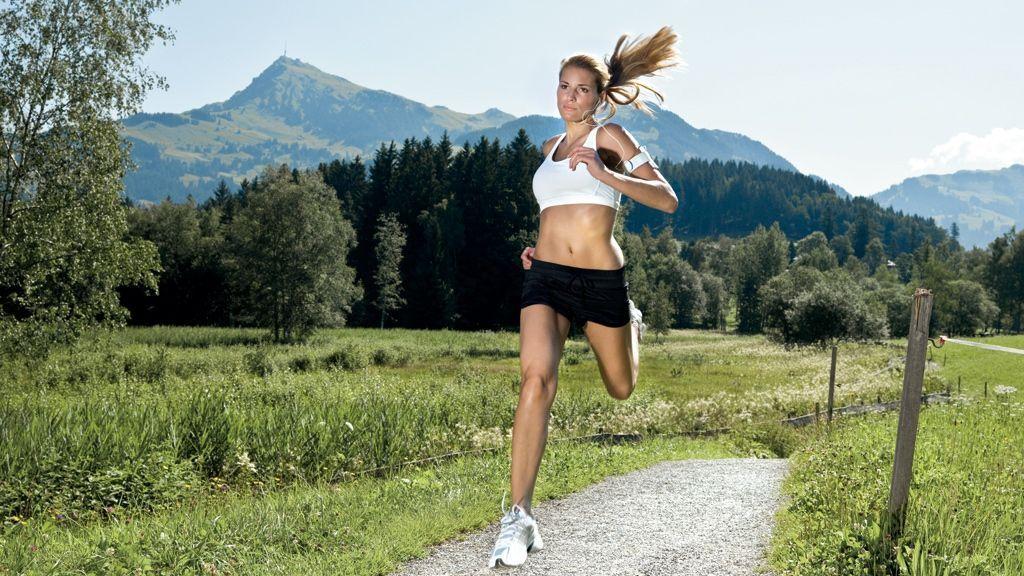 Junge Frau joggt - © by Kitzbuehel Tourismus - Medialounge