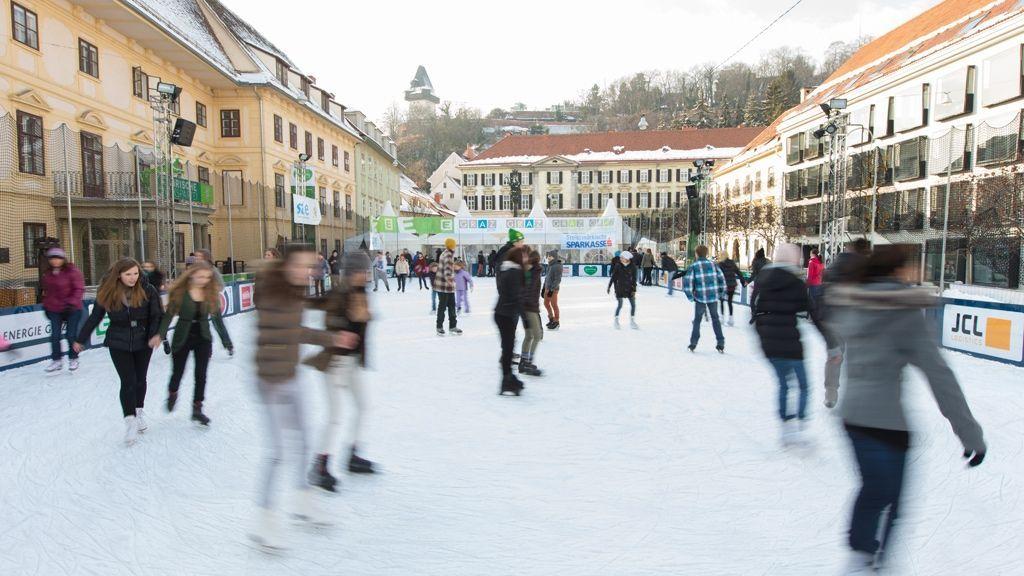 Kinder-Winterwelt & Eislaufplatz am Karmeliterplatz © Graz Tourismus - Harry Schiffer