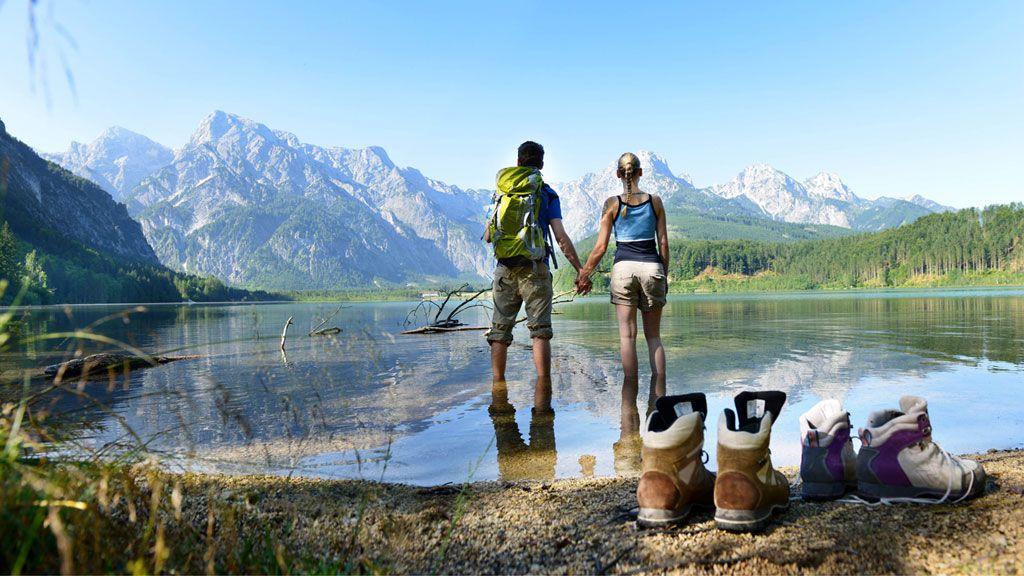 Wanderpaar am Almsee in Grünau im Almtal  - Genuss am Almfluss - Almtal Oberoesterreich