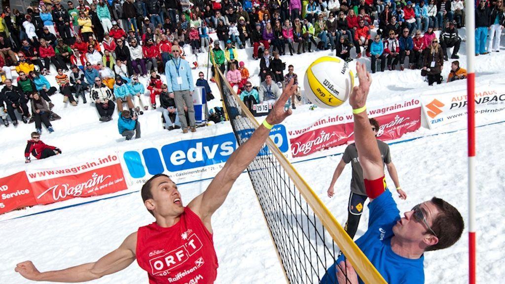 (c) TVB Wagrain / Salzburger Sportwelt - In der Salzburger Sportwelt finden zahlreiche trendige Veranstaltungen statt - so ist zum Beispiel Wagrain die Wiege der Snow Volleyball Tour. Das außergewöhnliche Event vereint die Sommer-Sportart Volleyball mit einer Schneekulisse, begleitet von einer coolen Party.