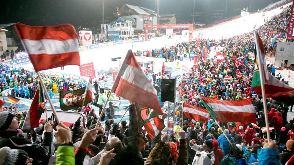 (c) Ikarus / Salzburger Sportwelt - Beim legendären Audi FIS Skiweltcup Damen Nachtslalom in Flachau sorgen Jahr für Jahr neben den klasse Skirennläuferinnen tausende skibegeisterte Zuschauer für eine tolle Stimmung.