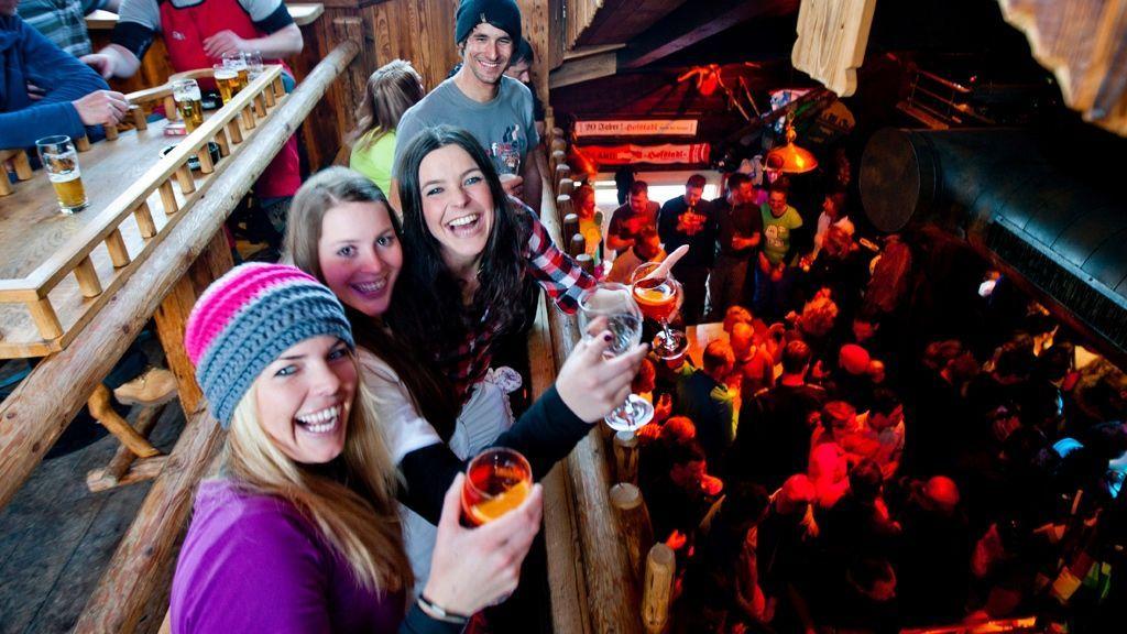 (c) Ikarus / Salzburger Sportwelt - Die 8 Ferienorten der Salzburger Sportwelt wissen, wie man feiert. Täglich lockt hier nach einem Skitag auf der Piste der ausgelassene Après Ski, wo du tanzen, singen und neue Leute kennen lernen kannst.