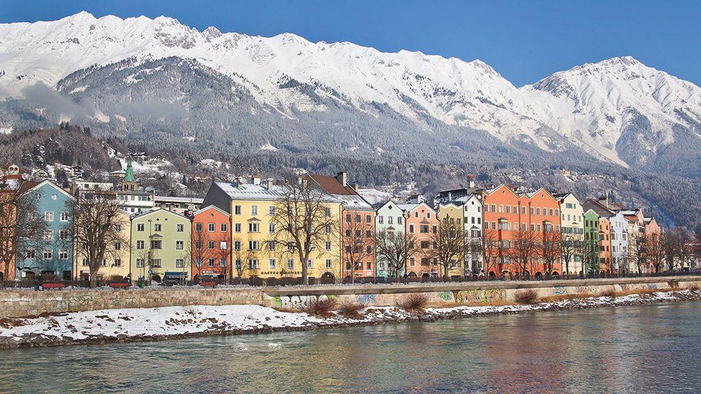 Häuserzeile von Mariahilf mit der verschneiten Nordkette - © Innsbruck Tourismus - Innsbruck Tirol