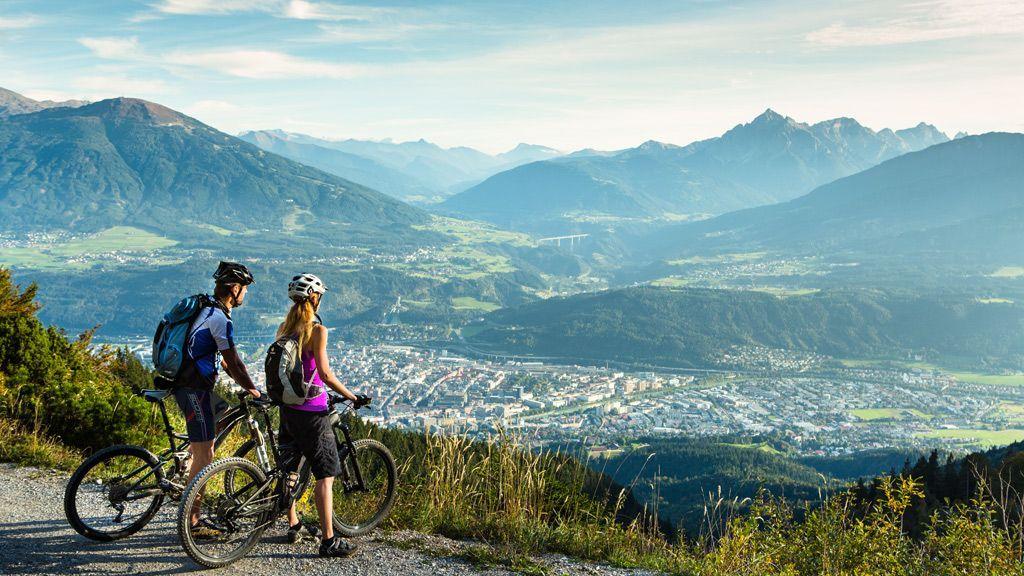 Mountainbiker am Weg zur Höttinger Alm - Foto: Innsbruck Tourismus