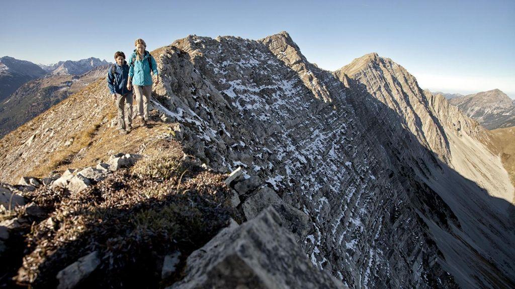 Wandern am Bergkamm in Lermoos - Foto: Tiroler Zugspitz Arena   U. Wiesmeier