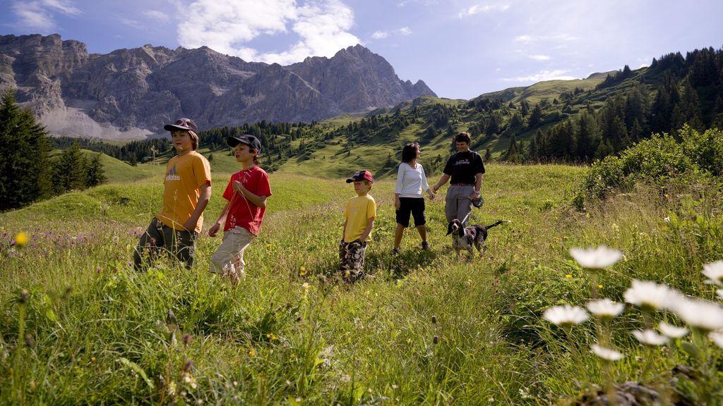 Familie beim Wandern in Savognin - © Graubünden Ferien/ Savognin Tourism