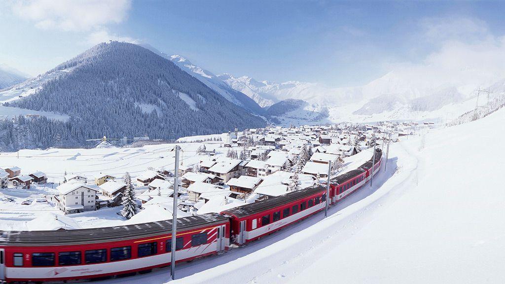 Glacier Express der Rhätischen Bahn bei Sedrun - © Graubünden Ferien/Sedrun Disentis