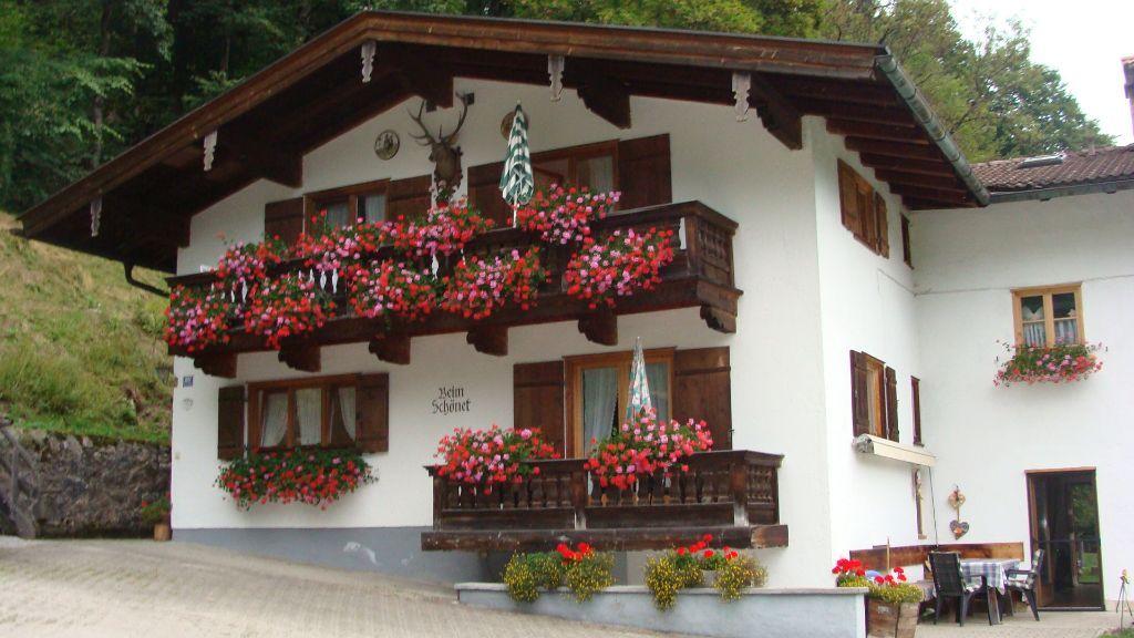 Hausansicht mit Balkonblumen - Fewo Kirchberger - Haus Schoenet - Kreuth-Schaerfen Kreuth