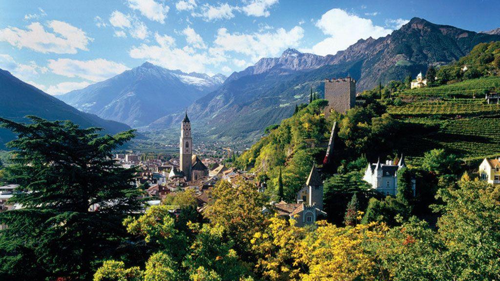 Über Meran thront der alte zinnenbewehrte Pulverturm, im Hintergrund das Bergpanorama der Texelgruppe. - Foto: Südtirol Marketing/Clemens Zahn
