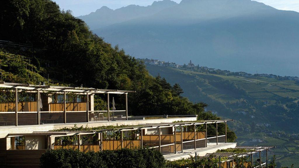Die Sonnenseite des Hotel Pergola Residence in Algund bei Meran wurde von Architekt Matteo Thun als Terrassenlandschaft konzipiert, die sich harmonisch in die Weinberge einfügt. - Foto: Südtirol Marketing/Helmuth Rier