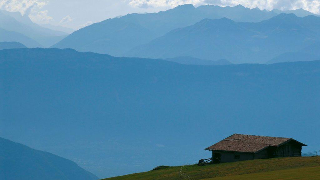 Die Seiser Alm besitzt ein weitläufiges Netz an Wanderwegen, welche das ganze Jahr über begangen werden können. - Foto: Südtirol Marketing/Andree Kaiser