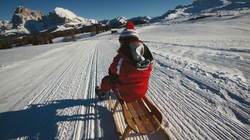 In Südtirol ermöglichen präparierte Rodelpisten lustige und rasante Abfahrten bei herrlichem Fernblick. - Foto: Südtirol Marketing/Alessandro Trovati