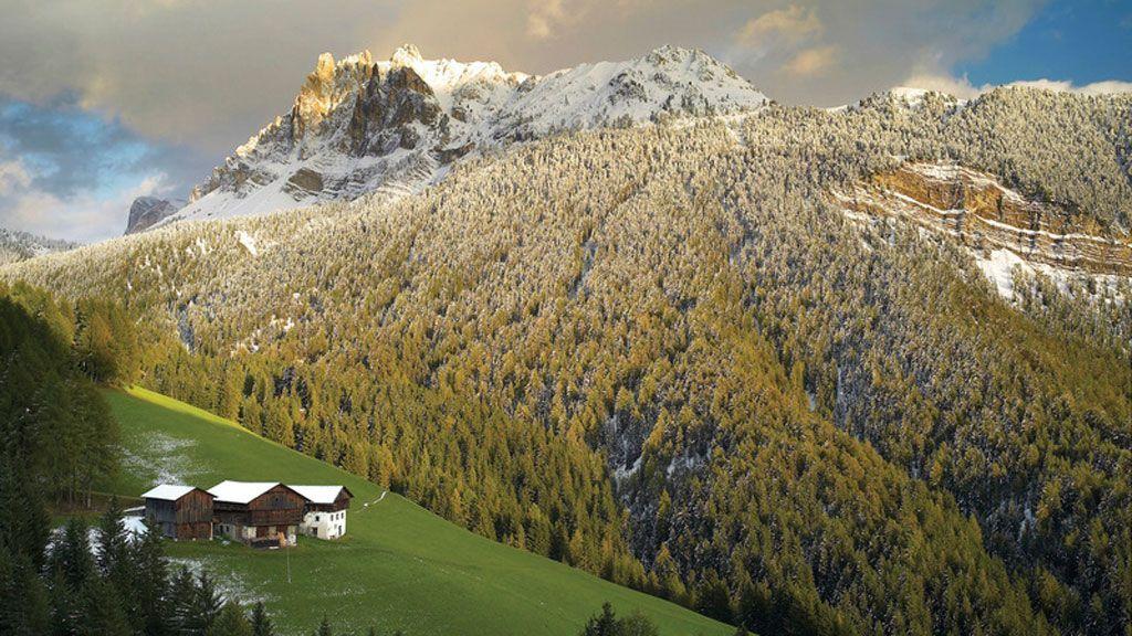 Im Eisacktal hat man einen wunderbaren Fernblick auf die verschneiten Gipfel der Aferer Geisler - Foto: Südtirol Marketing/Clemens Zahn