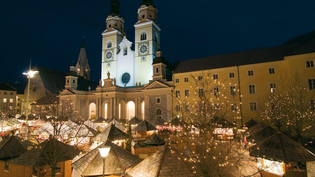 Die Bischofsstadt Brixen beherbert den Christkindlmarkt auf dem zentralen Platz vor dem Dom. Die Hofburg von Brixen besitzt ein sehenswertes Krippenmuseum.  - Foto: Südtirol Marketing/Alex Filz