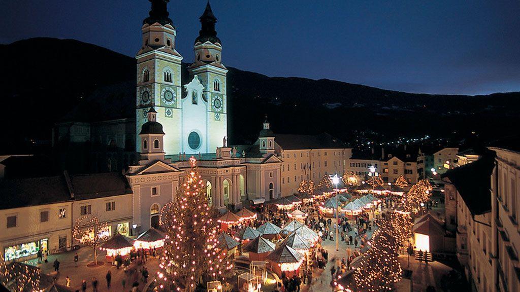 In Brixen bildet der Dom die barocke Kulisse des stimmungsvollen Christkindlmarktes. - Foto: Südtirol Marketing/Laurin Moser