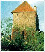 Die Stadtbefestigung prägt heute noch das Bild von Enns. Sie bestand in ihrer ursprünglichen Form aus Wall, Graben, äußerer und innerer Stadtmauer mit insgesamt 15 Wehrtürmen und vier Stadttoren.  Erbaut wurde die Anlage 1193/94; um- und ausgebaut bis ins 17. Jahrhundert. Wesentliche Teile der Stadtmauer und sechs Wehrtürme sind heute noch zu sehen. - Enns Oberoesterreich