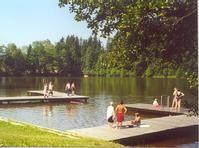 Naturbadesee Klaffer am Hochficht mit einer Wasserfläche von rund 40.000 m2! Badebuffet, sanitäre Einrichtungen, Kinderspielplatz, Beach-Volleyballfeld, Skateranlage sowie Campingplatz - Klaffer  am  Hochficht Upper Austria