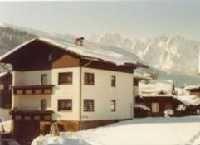Haus Zieher Herta im Hintergrund der Gosaukamm - Ferienwohnung Zieher Gosau