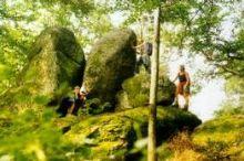Schwingender Stein und Opferschalen