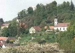 Links ist die römisch-katholische Pfarrkirche und rechts die evangelische Pfarrkirche zu sehen. - Neuhaus  am  Klausenbach Burgenland
