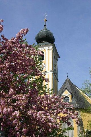 Ein Wahrzeichen von Markt Hartmannsdorf ist die Kirche mit einem schiefen Turm. - Markt Hartmannsdorf Steiermark