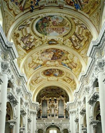 Stiftsbasilika mit Deckenfresko des Hl. Florian und der berühmten Brucknerorgel - St. Florian Oberoesterreich