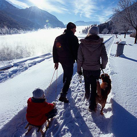 Winterwandern durch verschneite Winterlandschaft - Tegernseer Tal Bayern