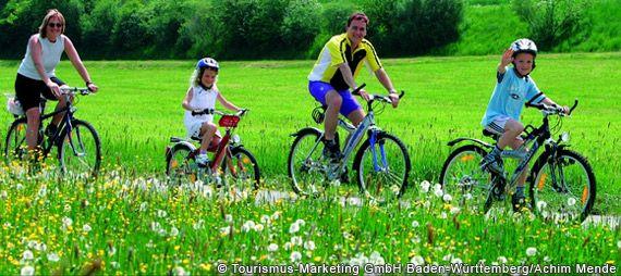 Radfahren am Donauradweg in Oberschwaben - Baden-Wuerttemberg