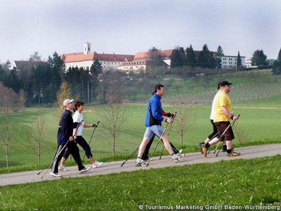 Nordic Walker mit dem Franziskanerinnenkloster Siessen (Bad Saulgau) im Hintergrund - Baden-Wuerttemberg