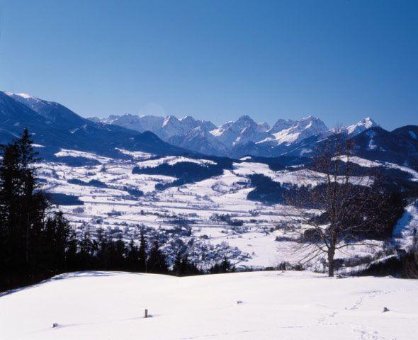 Bild: Blick vom Wurbauerkogel, wo sich auch der Panoramaturm befindet, auf Windischgarsten und der Prielgruppe im Hintergrund! - Windischgarsten Oberoesterreich