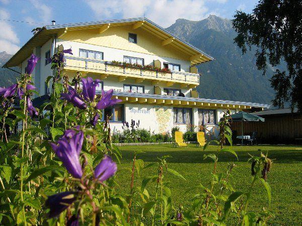 Unser Haus mit 1000m² Gartenanlage - Apartmenthaus Bader Leutasch