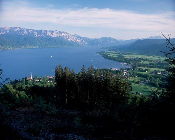 Panoramablick Hoellengebirge - Schoerfling am Attersee Oberoesterreich