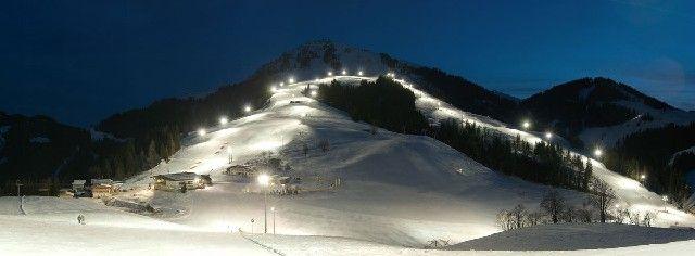 Mit 13 km Nachtskilauf und 7,5 km beleuchtete Rodelbahnen wird die Nacht zum Tag. Nachtaktive schwingen über die Abfahrten und Rodelbahnen dem Tal zu. - SkiWelt Wilder Kaiser - Brixental