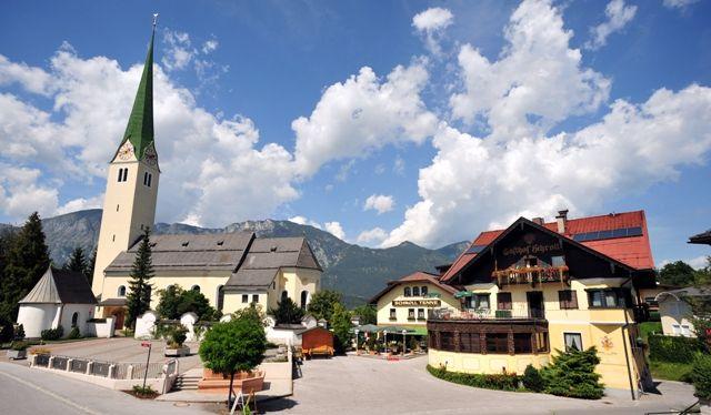 Das Zentrum von Kirchbichl mit Kirche und Gasthof Schroll Tenne. - Kirchbichl Tirol