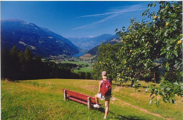 Wanderin_mit_Blick_zum_AfritzerSee.jpg - Afritz am See Kaernten