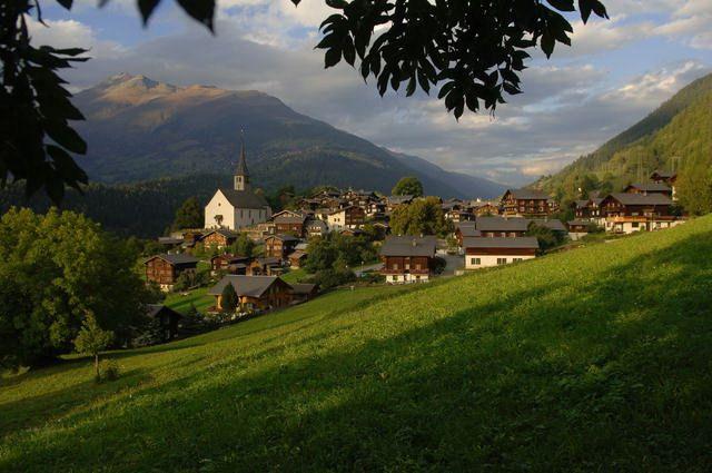 Dorfansicht Ernen. Ernen wurde 1979 mit dem Henry-Louis-Wakkerpreis für das schöne Dorfbild ausgezeichnet. - Ernen Wallis