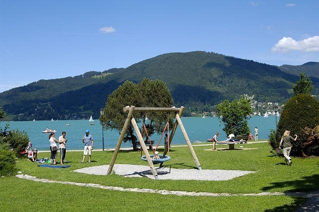 Die Liegewiese am See mit Spielplatz für die Kinder in Rottach-Egern - Rottach-Egern Bayern